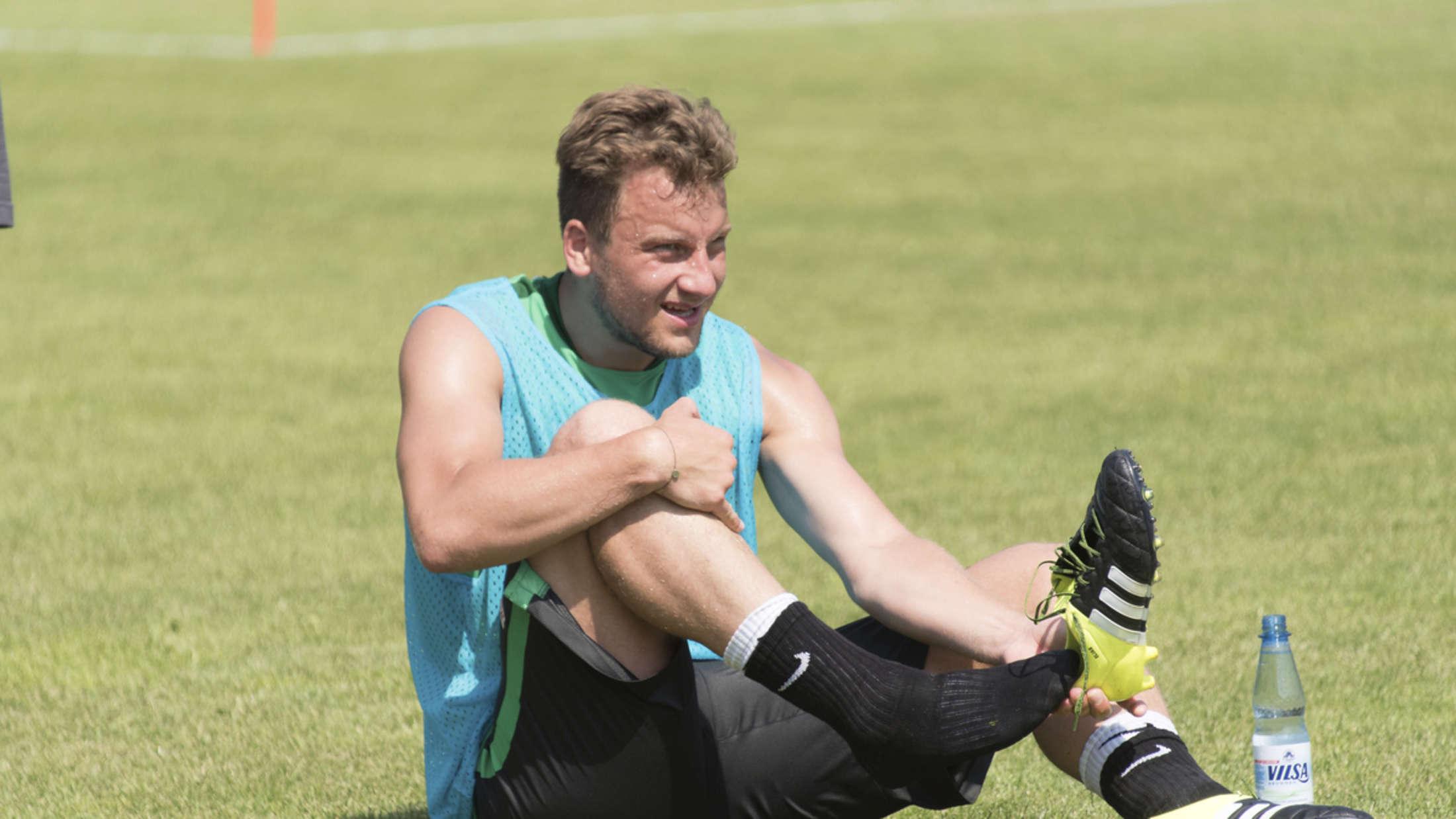Werder Bremens Philipp Bargfrede fällt mit Bänderanriss